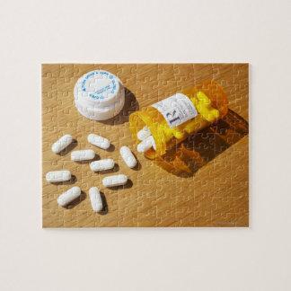 Medicación derramada en la tabla rompecabeza