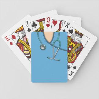 Médico azul friega barajas de cartas