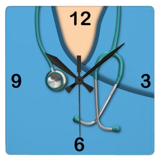 Médico azul friega reloj cuadrado