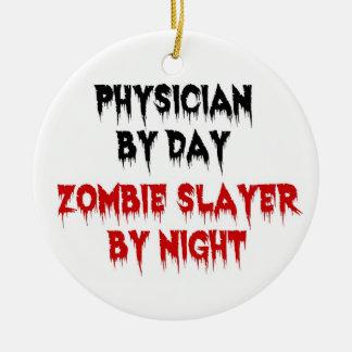 Médico del asesino del zombi del día por noche adorno redondo de cerámica