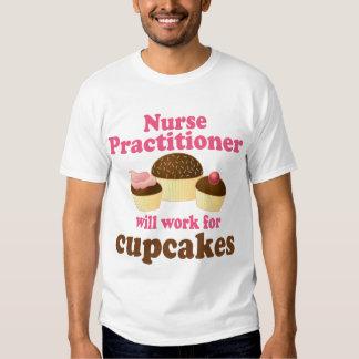 Médico divertido de la enfermera polera
