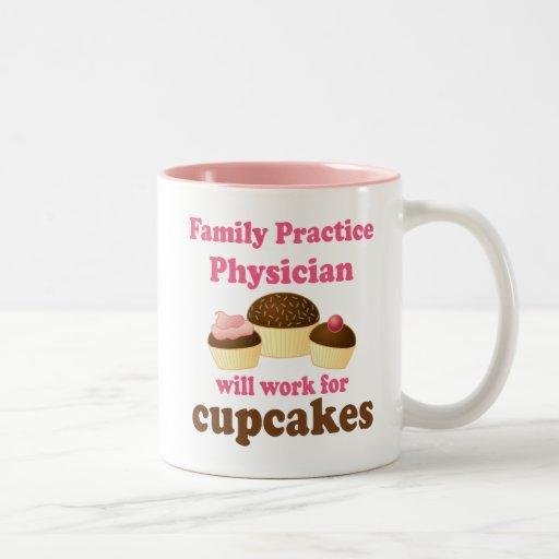 Médico divertido de la práctica de la familia tazas