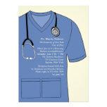Médico friega la invitación azul de la graduación