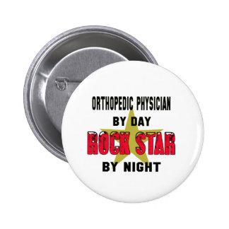 Médico ortopédico por el día rockstar por noche pin redondo 5 cm