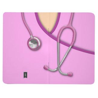 Médico rosado friega cuaderno