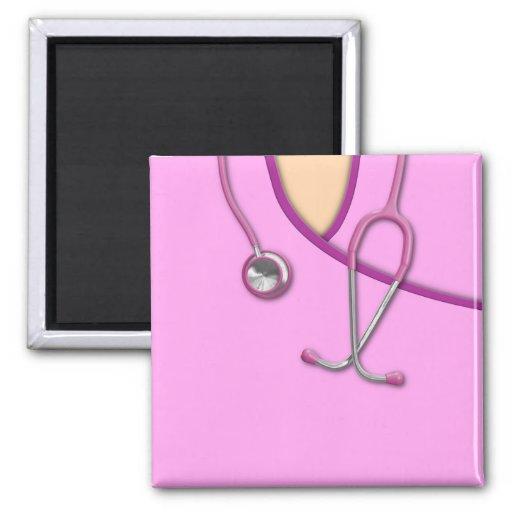 Médico rosado friega imán de nevera