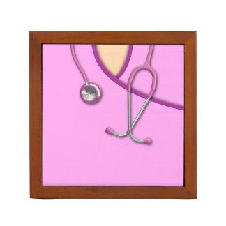 Médico rosado friega portalápices