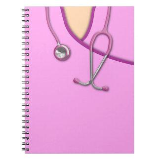 Médico rosado friega spiral notebook