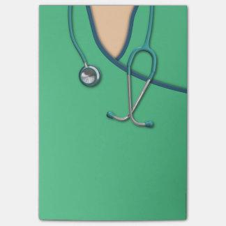 Médico verde friega nota post-it®