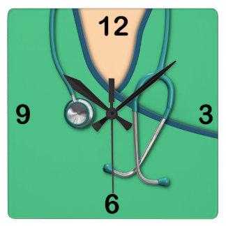 Médico verde friega reloj cuadrado