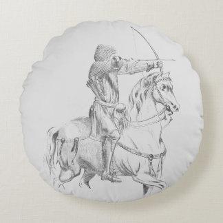 Medieval archer on horseback cojín redondo