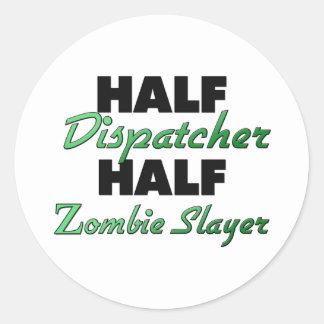 Medio asesino del zombi del medio despachador pegatinas redondas