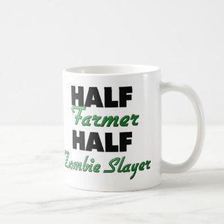 Medio asesino del zombi del medio granjero taza básica blanca