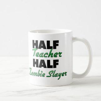 Medio asesino del zombi del medio profesor taza clásica