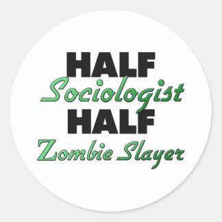 Medio asesino del zombi del medio sociólogo pegatina redonda