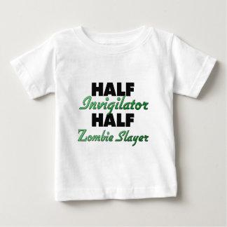 Medio asesino del zombi del medio vigilante playera de bebé