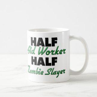 Medio asesino del zombi del trabajador de ayuda me tazas de café