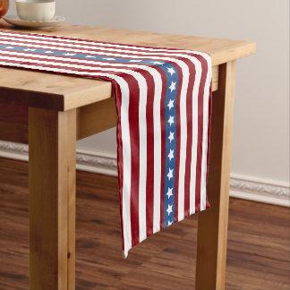 Medio azul blanco rojo de las barras y estrellas camino de mesa mediano