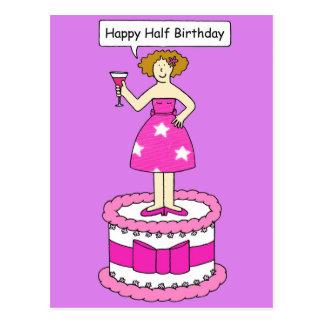 Medio cumpleaños feliz, señora en una torta postales