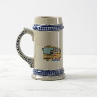 Medio del conductor del autobús escolar tazas de café