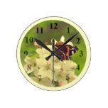 Medio del reloj de pared de la mariposa
