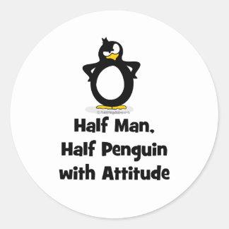 Medio hombre, medio pingüino con actitud pegatina redonda