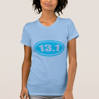 Medio óvalo del corredor de maratón 13,1 azules camisetas