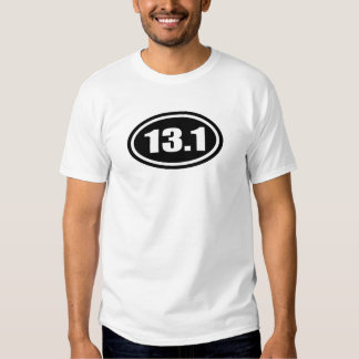 Medio óvalo del maratón del negro 13,1 playeras