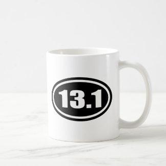 Medio óvalo del maratón del negro 13,1 taza de café
