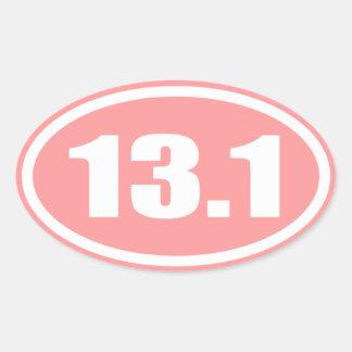 Medio óvalo del maratón del rosa 13,1 pegatina ovalada