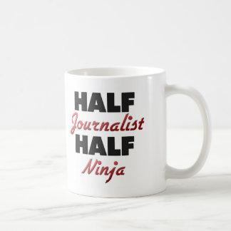 Medio periodista medio Ninja Taza Básica Blanca