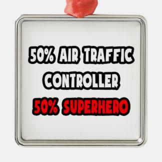 Medio super héroe del controlador aéreo… a medias adorno navideño cuadrado de metal