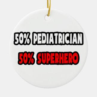 Medio super héroe del pediatra… a medias adorno redondo de cerámica