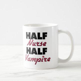 Medio vampiro de la media enfermera taza