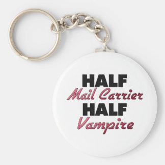 Medio vampiro del medio cartero llavero redondo tipo pin