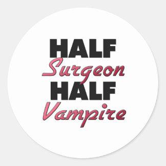Medio vampiro del medio cirujano etiquetas redondas
