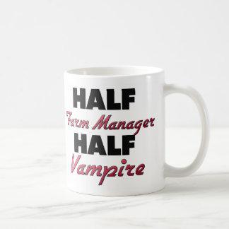Medio vampiro del medio encargado de la granja taza básica blanca