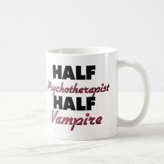 Medio vampiro del medio psicoterapeuta taza de café