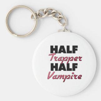 Medio vampiro del medio trampero llavero redondo tipo pin