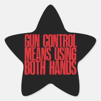 Medios del control de armas usando ambas manos colcomania cuadrada