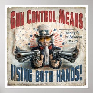 Medios del control de armas usando dos manos póster
