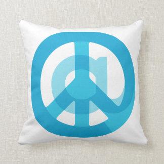 Medios sociales de la muestra azul del @Peace en Cojín Decorativo