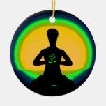 Meditación de la yoga adorno navideño redondo de cerámica