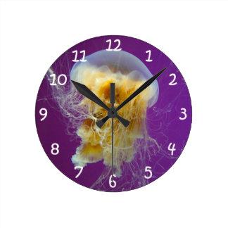 Medusas de la melena del león reloj redondo mediano