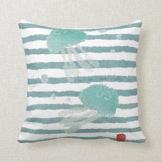 Medusas en la almohada de la raya azul de la
