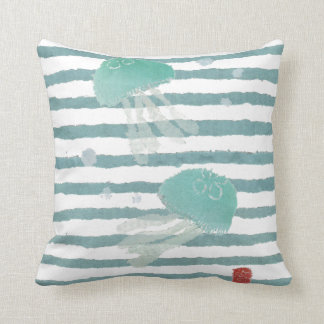Medusas en la almohada de la raya azul de la aguam