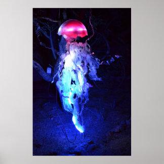 Medusas que brillan intensamente póster
