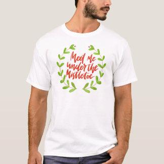 Meet me under the mistletoe - Christmas Wreath T-Shirt