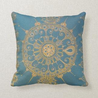 Mehndi inspiró diseño (azul y el oro) almohada