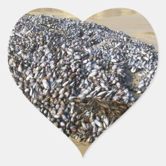 Mejillones en la ensenada pegatina en forma de corazón